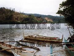 Auslegerboote am Fluss